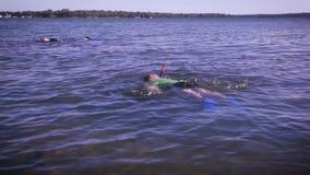 Twee jonge jongens die in een meer bij de hoogte de zomervakantie snorkelen Overweeg voor het kamplengte van de de zomervakantie  stock videobeelden