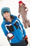 Twee Jonge Kinderen die de Strijd van de Sneeuwbal hebben Royalty-vrije Stock Foto