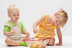 Twee jonge kinderen die vruchten eten stock fotografie