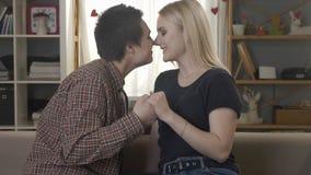 Twee jonge leuke lesbiennes bekijken elkaar, worsteling met handen, neus aan neus, wat betreft neuzen, glimlachen, die 60 fps lac stock video