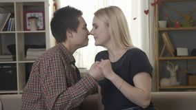 Twee jonge leuke lesbiennes bekijken elkaar, worsteling met handen, neus aan neus, wat betreft neuzen, glimlachen, die lgbt 60 la stock footage