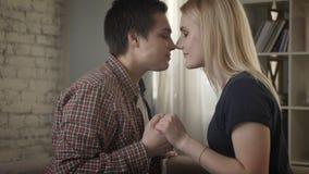Twee jonge leuke meisjeslesbiennes bekijken elkaar, neus aan neus, wat betreft neuzen 60 fps stock video