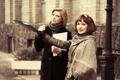Twee jonge manier bedrijfsvrouwen met een omslag Royalty-vrije Stock Foto