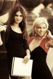 Twee jonge manier vrouwelijke studenten op campus Stock Afbeeldingen