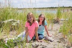 Twee jonge meisjes bij het strand Royalty-vrije Stock Afbeeldingen