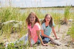 Twee jonge meisjes bij het strand Stock Afbeeldingen