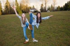 Twee jonge meisjes die buiten spelen Stock Foto's