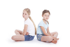 Twee jonge meisjes die een meningsverschil hebben stock fotografie
