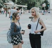 Twee jonge meisjes die op een straat spreken Royalty-vrije Stock Afbeeldingen