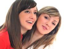 Twee jonge meisjes die op wit worden geïsoleerdn Royalty-vrije Stock Afbeeldingen