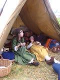 Twee jonge meisjes die in oude kostuums in een tent bij de festival Siberische brand 2016 zitten royalty-vrije stock fotografie