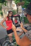 Twee jonge meisjes die pret hebben in openlucht Royalty-vrije Stock Foto