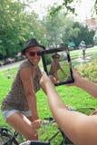 Twee jonge meisjes die pret hebben in openlucht Royalty-vrije Stock Foto's