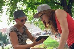 Twee Jonge Meisjes die Pret in Park hebben Stock Foto