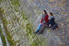 Twee jonge meisjes die samen in Parijs lopen Stock Afbeelding