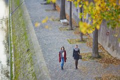 Twee jonge meisjes die samen in Parijs lopen Stock Afbeeldingen