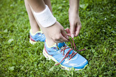 Twee jonge meisjes die vóór een jogging stetching Royalty-vrije Stock Afbeelding