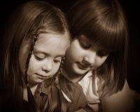 Twee jonge meisjes die zorgvuldig neer kijken Stock Foto's
