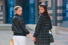 Twee jonge meisjes in een stad Stock Afbeelding