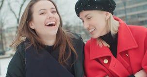 Twee jonge meisjes in een stad die van tijd genieten stock footage