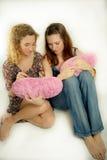 Twee jonge meisjes en zacht hart Royalty-vrije Stock Foto