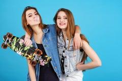 Twee jonge meisjes hipster vrienden die zich verenigen Stock Afbeelding