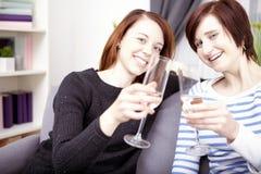 Twee jonge meisjes met champagne Royalty-vrije Stock Fotografie