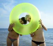 Twee jonge meisjes met cirkel Stock Afbeeldingen