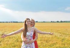 Twee jonge meisjes op het gebied Royalty-vrije Stock Fotografie