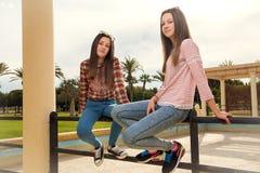 Twee jonge meisjes in park Royalty-vrije Stock Foto's