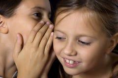 Twee jonge meisjes in roddel Royalty-vrije Stock Foto