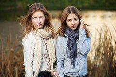 De jonge meisjes in de herfst parkeren Stock Afbeelding