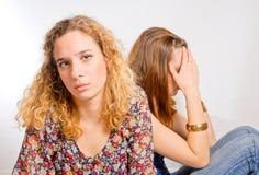 Twee jonge meisjes in verdriet Stock Fotografie