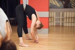 Twee jonge meisjes vliegen yoga en rek in de studio Royalty-vrije Stock Fotografie