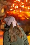 Twee jonge meisjes worden gefotografeerd op het observatiedek op de achtergrond van de oude stad bij een vogelperspectief stock afbeeldingen