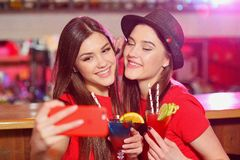 Twee jonge meisjeslesbiennes bij een partij in de club nemen een selfie royalty-vrije stock foto
