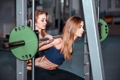Twee jonge meisjestraining in de gymnastiek Royalty-vrije Stock Afbeeldingen