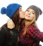 Twee jonge meisjesvrienden die pret hebben Royalty-vrije Stock Afbeeldingen