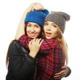 Twee jonge meisjesvrienden die pret hebben Stock Afbeeldingen