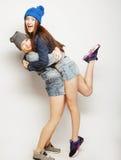 Twee jonge meisjesvrienden die pret hebben samen Royalty-vrije Stock Afbeelding