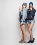 Twee jonge meisjesvrienden die pret hebben samen Stock Fotografie