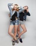 Twee jonge meisjesvrienden die pret hebben samen Stock Foto