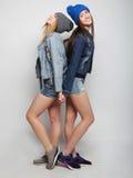 Twee jonge meisjesvrienden die pret hebben samen Royalty-vrije Stock Afbeeldingen