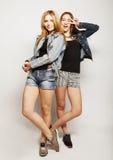 Twee jonge meisjesvrienden die pret hebben samen Stock Afbeelding