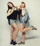 Twee jonge meisjesvrienden die pret hebben samen Stock Afbeeldingen