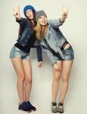 Twee jonge meisjesvrienden die pret hebben samen Royalty-vrije Stock Fotografie