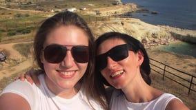 Twee Jonge Meisjesvrienden die Selfie op overzees nemen stock video