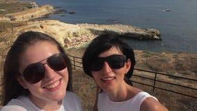 Twee Jonge Meisjesvrienden die Selfie op overzees nemen stock footage