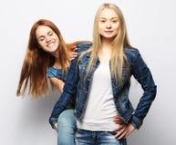 Twee jonge meisjesvrienden die zich en pret verenigen hebben Royalty-vrije Stock Foto