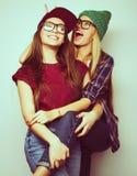 Twee jonge meisjesvrienden die zich en pret verenigen hebben Stock Afbeelding
